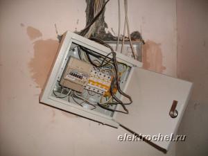 Незаконченный монтаж электрощита в квартире