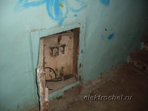 Вводной рубильник в старом доме на весь подъезд