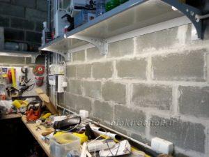 Освещение верстака выполнено при помощи светодиодной ленты в силиконе.